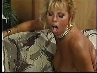 一个疯狂的金发女郎,胖胖的山雀从后面撞上