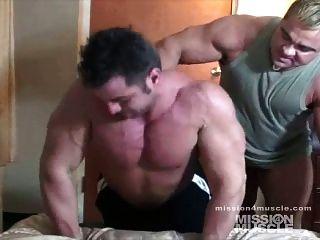 巨大的健美运动者裸体肌肉崇拜
