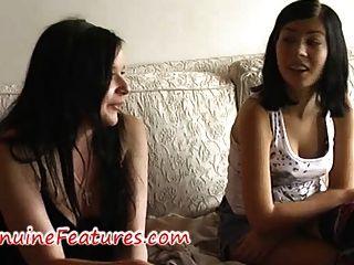青少年朋克女同志手淫在沙发上