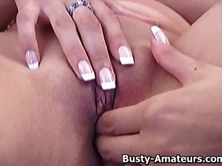 丰盛的vanessa在沙发上冲她的阴部