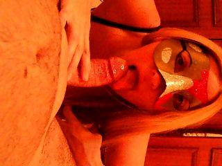 面具金发奶牛业余妻子在靴子口交暨在嘴里