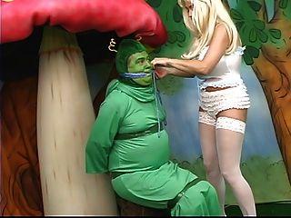 胖胖的山雀的性感爱丽丝迷失在仙境,并与毛毛虫玩耍