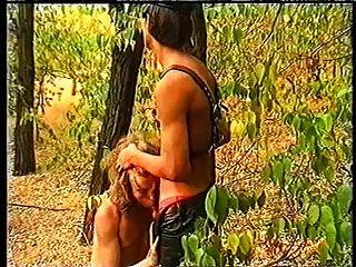 森林里的皮革男孩