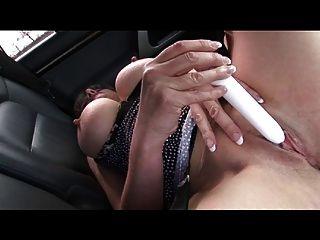 米尔夫在她的车里得到了一个气氛高潮