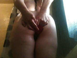 淘气的妻子肛门假阳具玩耍在淋浴