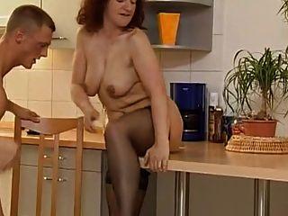 角质的米尔夫和两个他妈的在厨房里