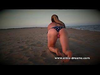 裸体和肮脏与我的巨大的黑色sextoy在海滩上