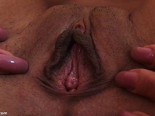 大假阳具拉伸她的阴部高潮