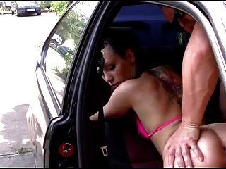 毛茸茸的德国女孩他妈的在车里