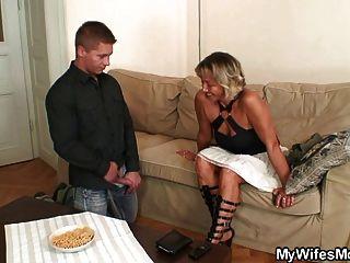 妻子在法律上找到他他妈的母亲