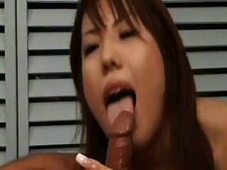 美丽的日本美女获得了大量的奶油蛋糕