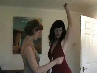 两党在舞会后跳舞脱衣