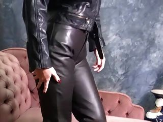 皮革中的热辣宝贝穿上紧身裤和性感的靴子