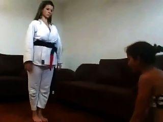 女主人在她的奴隶面上进行了空手道训练