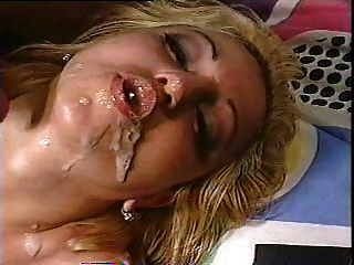 金发女郎在她的嘴里有两个负担,并使暨气泡