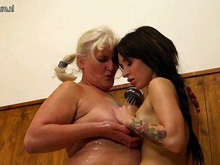 老奶奶在浴室里诱惑一个年轻女孩