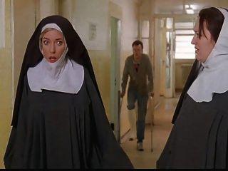 修女被警察绑起来剥去!