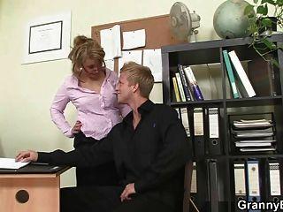 热门的办公室性别与老成熟的母狗