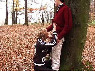 猥亵的同性恋邻居在树林里肮脏
