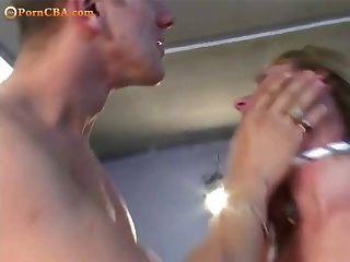 金发女郎被两个人绑在一起