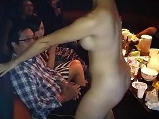 裸体亚洲女孩圈舞