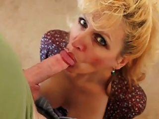 性感的妻子在口交会之前接受采访