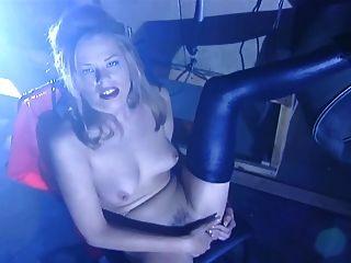 佩斯利从她的乳胶和手淫中剥离出来