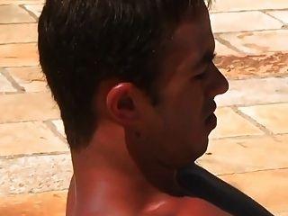 热的性感的男人他妈的在游泳池