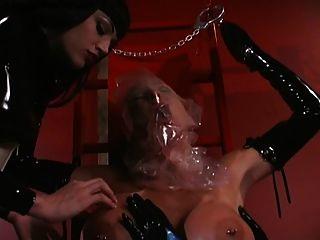 2名乳胶女同志在呼吸中进行呼吸