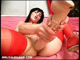 veronika吞噬了一个长久的残酷的假阳具与她的cumming阴户