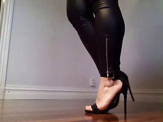 恶心的肛门沙拉炫耀她的双腿和高跟鞋!