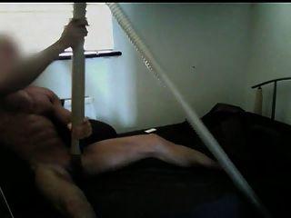 肌肉家伙被真空吸尘器吸引到高潮