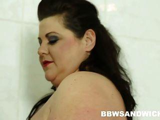 bbw三人同性恋在公共淋浴与bdsm道具