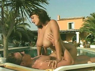 susie sorrento在游泳池里做爱
