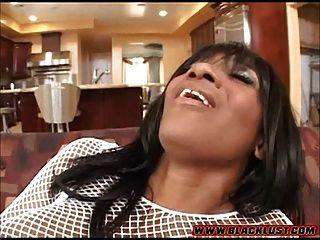 kaylani kream在她的阴部采取一个大白公鸡