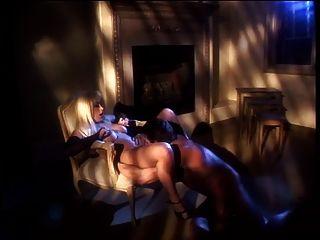 热的荡妇擦她的阴部,他们深深地在她的混蛋里