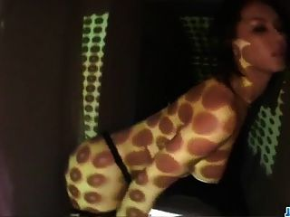 丰满的玛丽亚·瓦泽喜欢在玩玩具时摆姿势