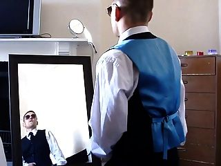 热的未切割的家伙在镜子前面跳起来