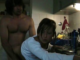 猥亵作弊的妻子用厨房里的cim吸吮她的情人