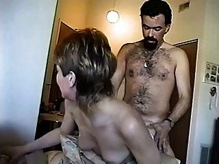 女孩给男人一个性感的舞蹈,然后给他的公鸡巨大的bj