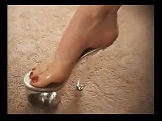 在高跟鞋的成熟荡妇给一个漂亮的脚手