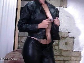 蓬松的宝贝与性感的屁股恋物癖剥皮和皮革