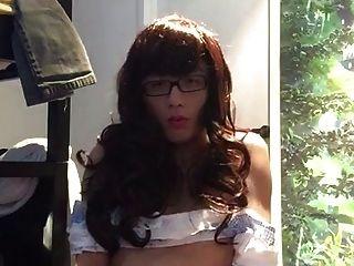 在相机前面的甜蜜的sissy猛击
