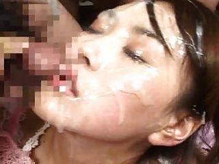 厚厚的暨负荷在她的脸上和她的眼睛!
