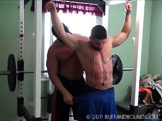 年轻的健美运动员裸体健身房绑定