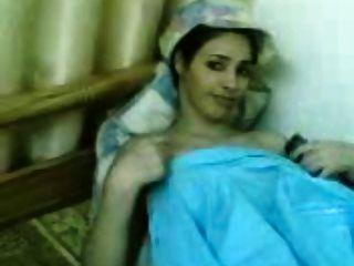 美丽的kuwaiti女孩显示她的大山雀