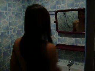 我美丽的女士女朋友正在洗澡