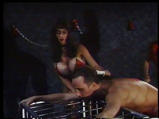 2吸烟的热情女主人在行动与奴隶兄弟