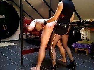 enculando a un esclavo en el cepo plegable。