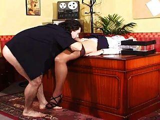 秘书用大球放弃了老板的阴部